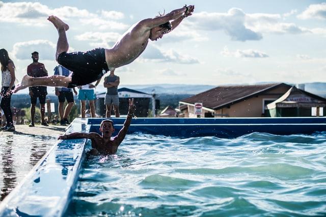 Profitez de votre piscine rectangulaire pour quelques activités